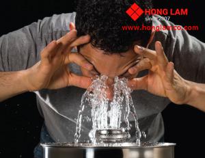 Sự nguy hiểm từ nước ô nhiễm bồn rửa mắt không tiêu chuẩn